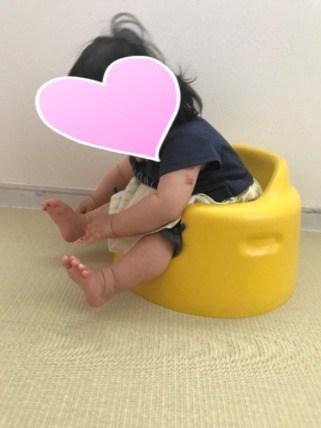 バンボに子供が座ってる横からの画像
