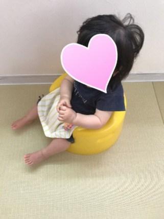 バンボに子供が座ってる斜め上からの画像