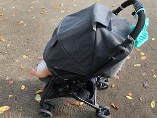 コンビスゴカルa 4キャス 赤ちゃんが乗った状態全体画像