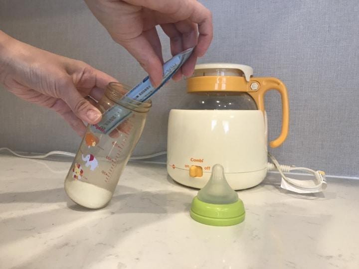 コンビの調乳じょーず 哺乳瓶に粉ミルクを計って入れます