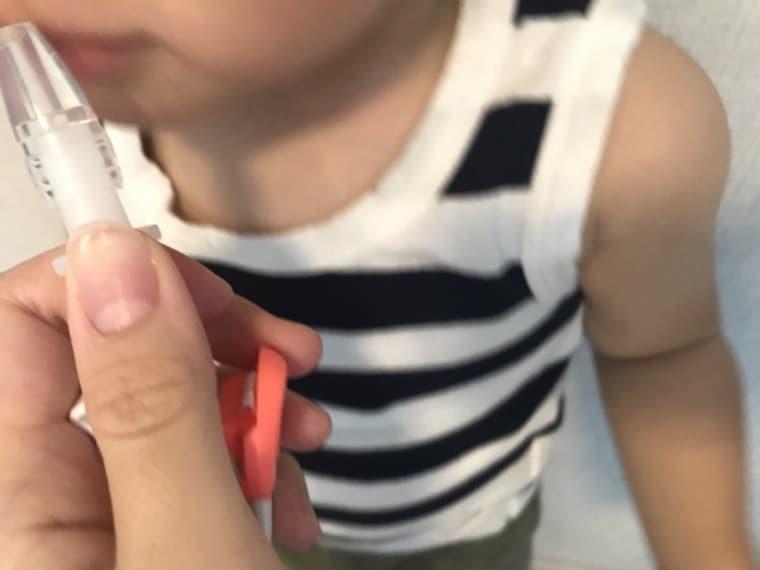 電動鼻吸い器メルシーポット子供を抱きチューブを鼻へ