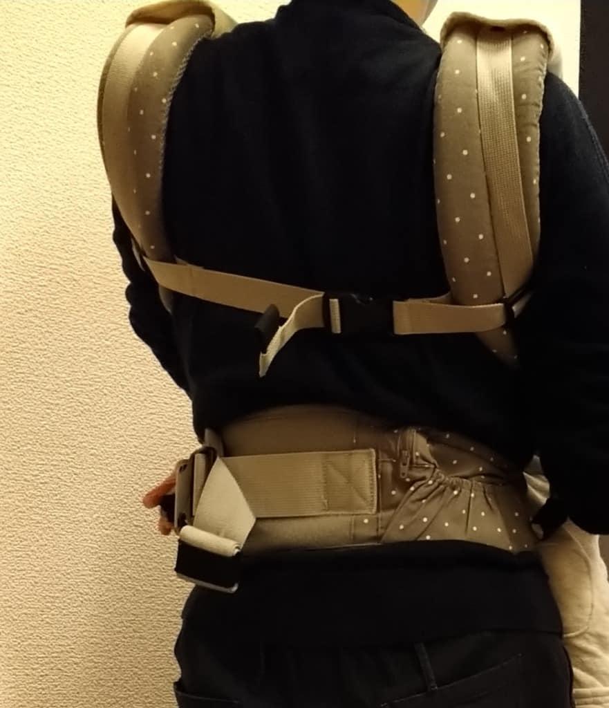 肩ベルトのストラップを調整する