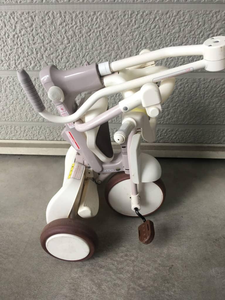 折りたたんでいる三輪車を広げる