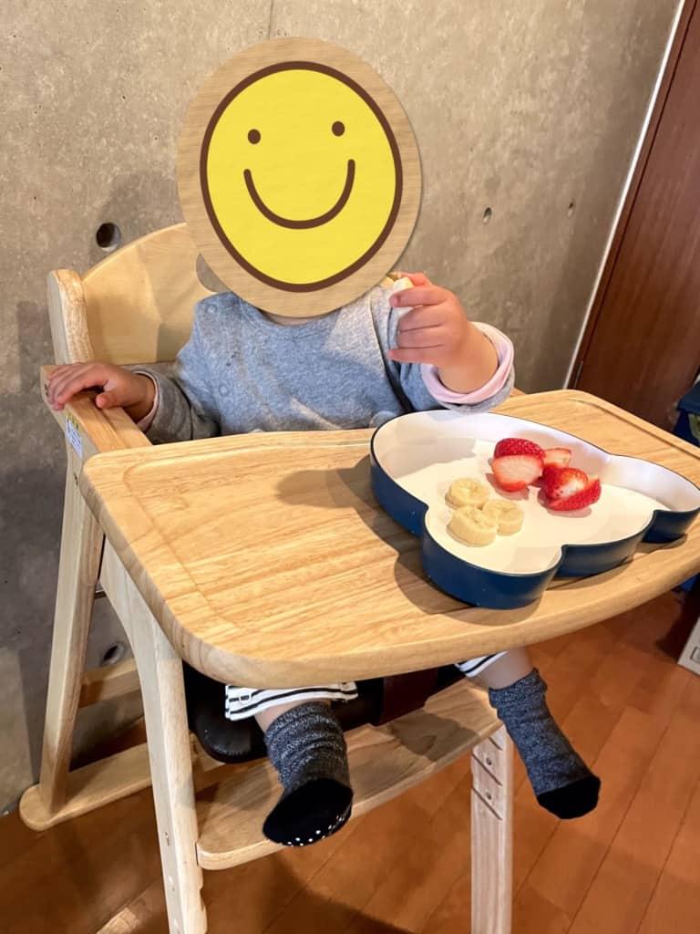 子供がカトージ 木製ハイチェア セナで食事中