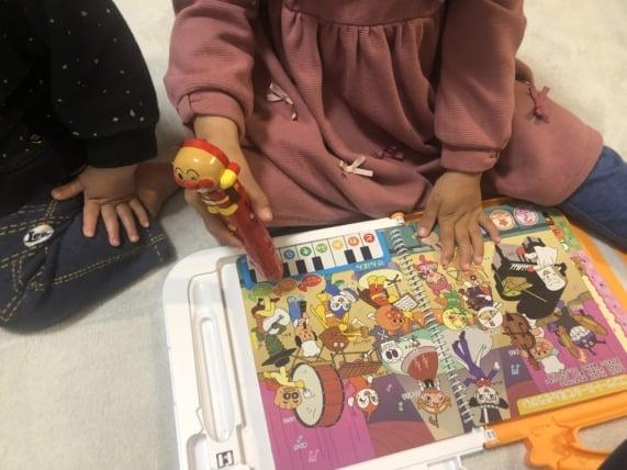 アンパンマンおしゃべりいっぱいことばずかんSuper DX子供が遊んでるところ